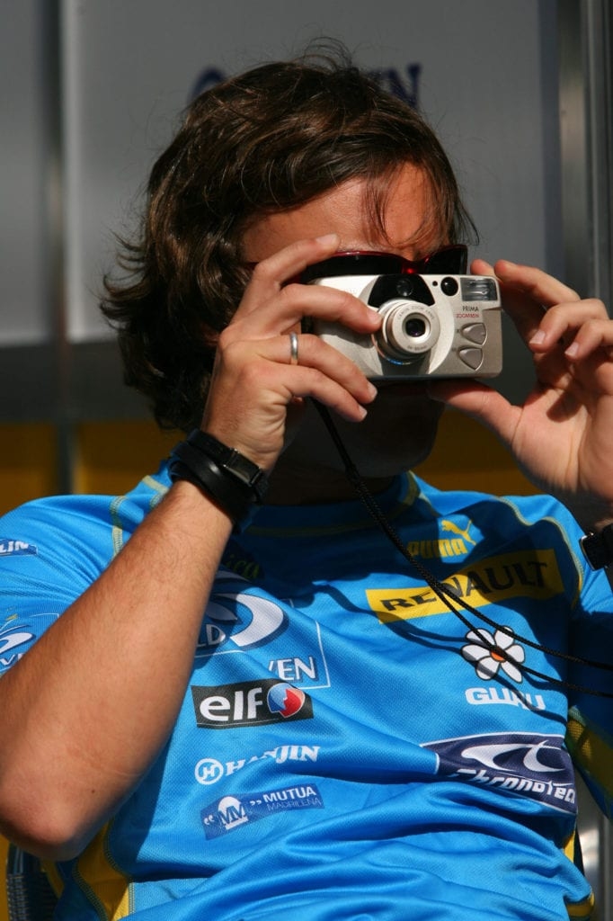 Alonso switched roles for the 2006 Melbourne GP, instead taking on the role of paparazzi. © XPB Images
